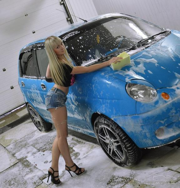 Девица моет машину #13