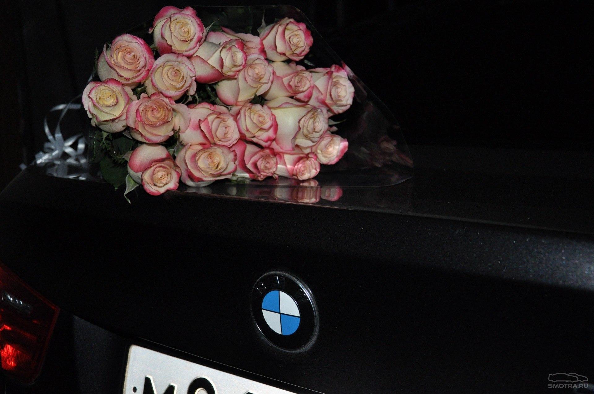 Фото с букетом цветов в машине